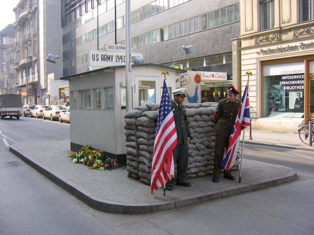 Berlin_-_Berlin_Wall_Checkpoint_Charlie