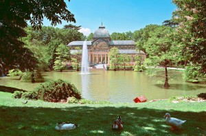 Madrid_-_Parque_del_Buen_Retiro_-_Vista_Palacio_de_Cristal_en