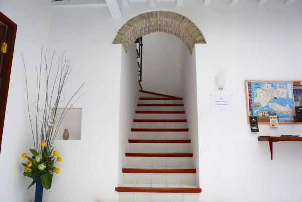 Hostel_in_Cadiz_-_AmazeInn_Cadiz_-_main_stairs