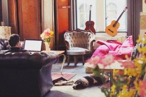 Hostel_room_lounge_area