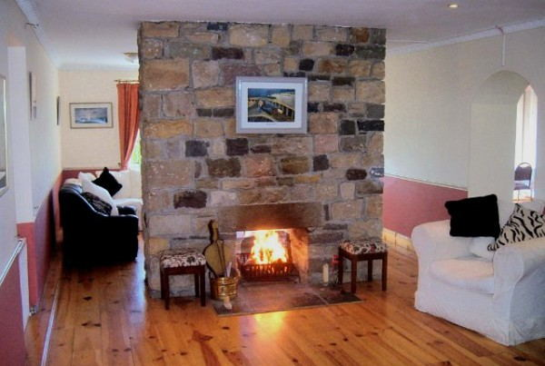 Arrowrock_Lodge_-_Lounge_with_fireplace