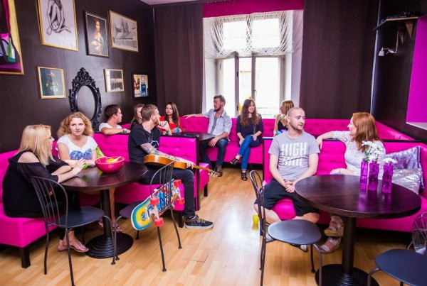Pink_Panther's_Hostel_-_lounge_area